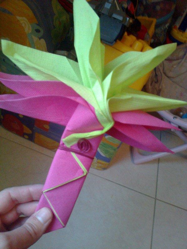 essaie pliage de serviette pour mes 40ans ,il m'en faut 100,celui ci me plait bien cest une fleur de palme