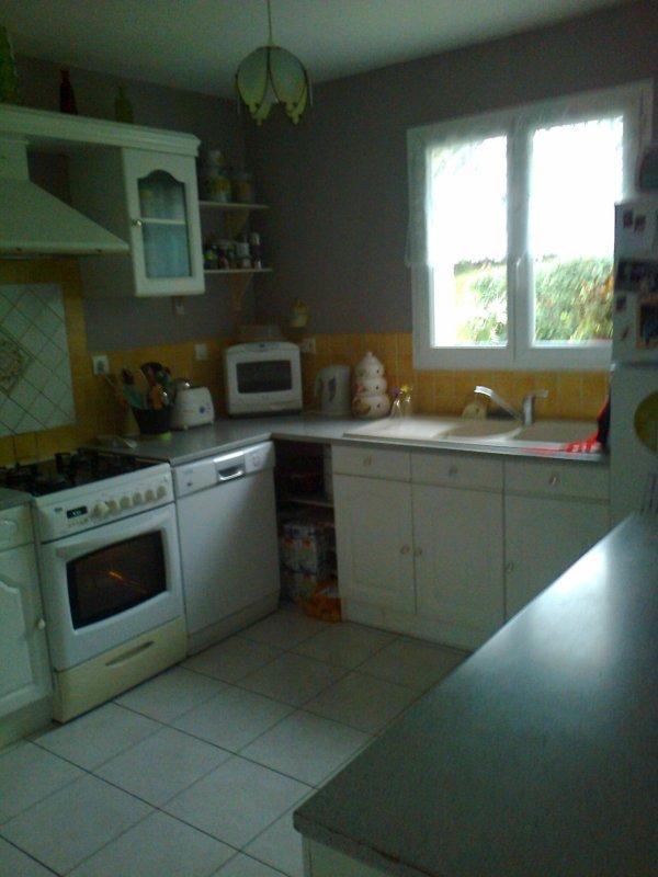 voici la nouvelle couleur de ma cuisine ,avant cetait papier peint jaune avec des citrons , la cest changement total ca fait plus moderne et jai beaucoup de succes