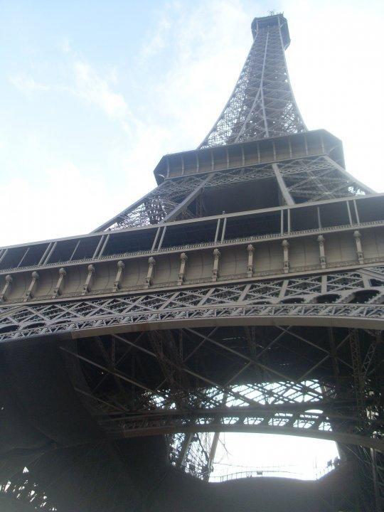 visite  de paris ,la tour eiffel vu de ssous ba jai meme pas pu la prendre en entier lol superbe visite