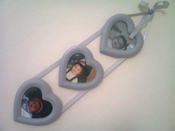 voici uncadre coeur que je me suis acheter jy ai mise les photos de mes3 loulous bébés
