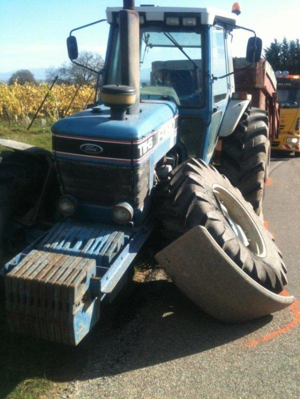 un tracteur se fait couper la route