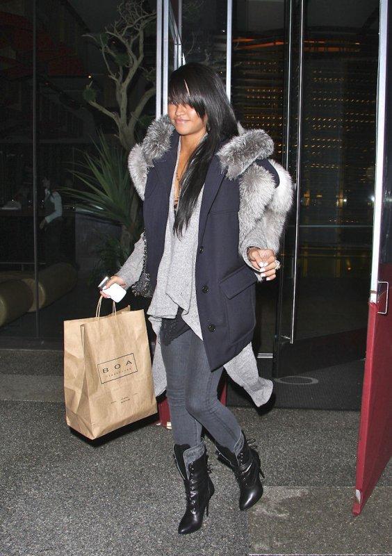 Cassie sortant d'un restaurant le BOA steakhouse ! Elle est vraiment bien sapé !