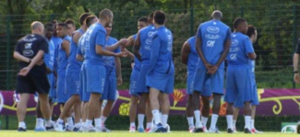 Décès Thierry Roland: L'équipe de France se recueille et observe une minute de silence au centre du terrain