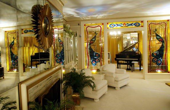Elvis Presley : Avec ses six cent milles visiteurs annuel  Graceland est la résidence privée la plus visitée des États-Unis après la Maison-Blanche.