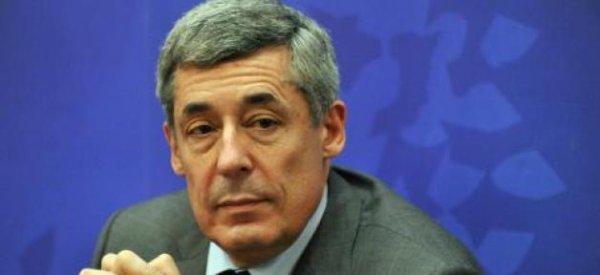 """Henri Guaino """"assume"""" son amitié pour la marraine de son fils, une candidate FN aux législatives"""