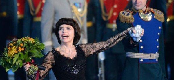 """Mireille Mathieu : """"les Pussy Riot ont commis un sacrilège en chantant dans une Eglise"""""""