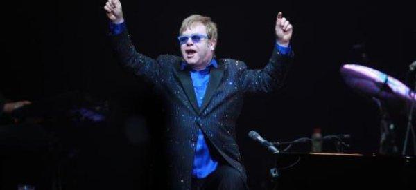 Elton John: Un parti islamiste malaisien demande l'interdiction de son concert en raison de son homosexualité