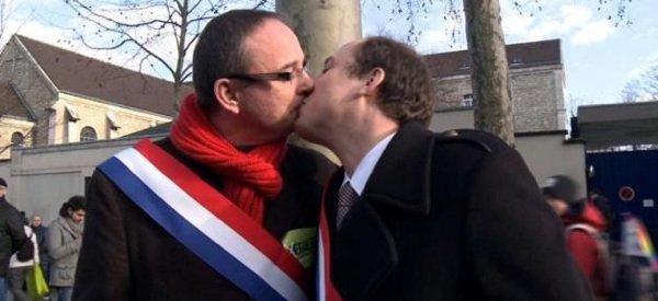 - Photo- Deux députés s'embrassent sur la bouche en solidarité des manifestants du mariage pour tous