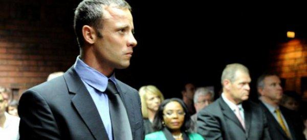Oscar Pistorius: Le sportif inculpé du meurtre de son amie le 14 février a été vue en train de faire la fête dans un restaurant à la mode