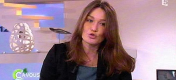 """Carla Bruni: """"Je n'ai jamais fait de chirurgie esthétique. Je trouve que ça fait une tête curieuse..."""""""