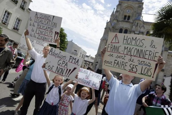 L'inconnu du lac: Affrontement entre pro et anti mariage pour tous à Saint Cloud