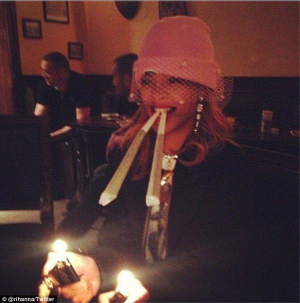 """-Photo- Rihanna: """"Juste une fille"""" à Amsterdam qui fume 2 énormes joints"""