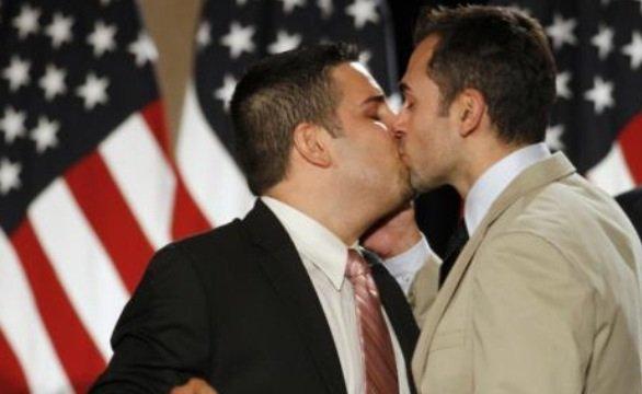 La justice a rétabli vendredi avec effet immédiat les unions de personnes de même sexe en Californie.