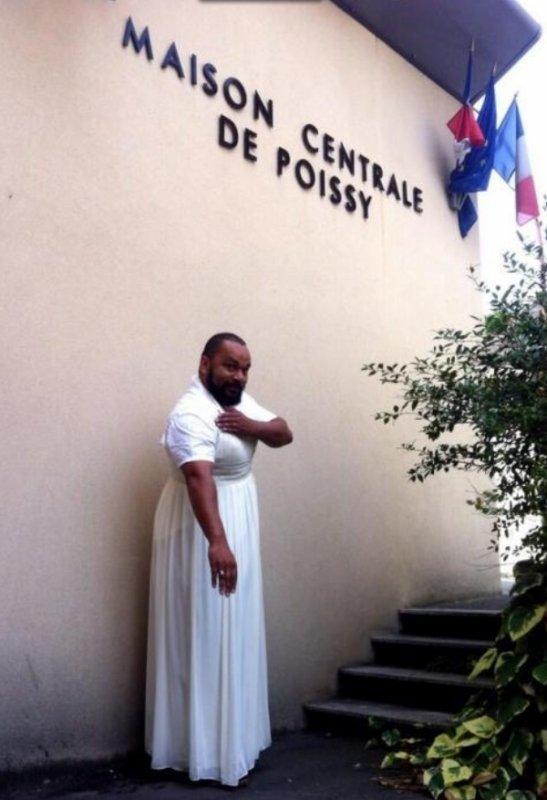 Dieudonné et le terroriste Carlos : Témoins  d'un mariage de deux détenus homosexuels à la prison de Poissy