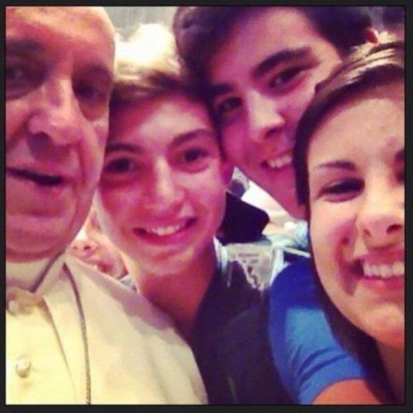 Pape François: Découvrez la photo où il pose - à la cool- avec des ados et qui fait le buzz sur le net !