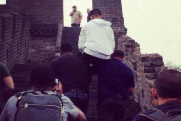 Justin Bieber: Il se fait porter par ses gardes du corp pour monter les marches de la Grande Muraille de Chine