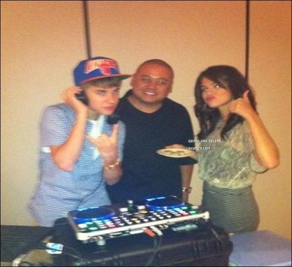 . 10.09.2011- Selena à donner un concert à Las Vegas.( A partir de maintenant, je ne mettrait qu'une photot de Selena pendant ces concert. C'est photot se resemble tous.) 12.09.2011- Selena à donner concert au Puyallup Une photot personnelle de Selena avec Justin. .