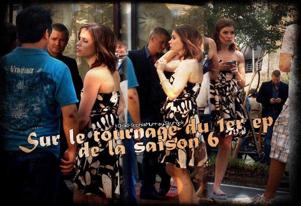 ••● Tournage ►    - -  - - - - - - - - - - - - - - - - - - - - - - - - - - - - - - - - - - - - - - - - - - - - - - - - - - - - - - Le 26 Juin 2008 - Chad & Sophia étaient entrain de tourner la première scène du premier épisode de la 6ème saison et quelques photos lors du tournage ont été prises. Comme vous vous en rappelez (ou pas) la toute première scène de l'épisode a été géniale pour tous les Brucassiens, cette scène là Lucas & Brooke sont mariés et Brooke apporte un bouquet de fleur à Lucas pour lui souhaité un joyeux anniversaire pour leur un an de mariage, cette scène, qui, au final, n'étais que fictive car Lucas choisi Peyton.