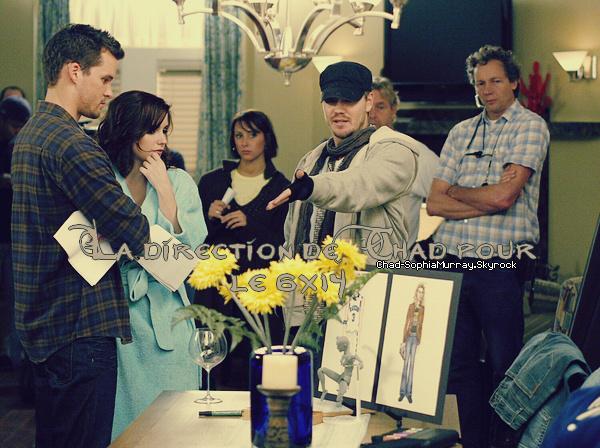 ••● Tournage ►    - -  - - - - - - - - - - - - - - - - - - - - - - - - - - - - - - - - - - - - - - - - - - - - - - - - - - - - - -  En Novembre 2008, Chad dirigeait un épisode (le 14ème de la 6ème saison) et sur cette jolie photo on peut voir qu'il donnait des conseils ou des directives à Sophia et Austin Nichols (Julian). C'est une des rares photos de l'ancien couple durant la saison 6. On voit qu'ils sont professionnels et concentrés dans ce qu'ils font, j'aime beaucoup.
