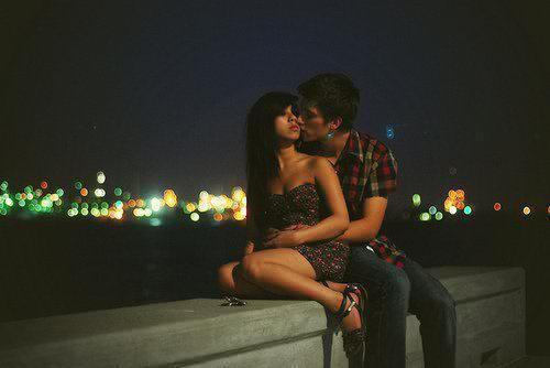Je te promets que tu trouveras quelqu'un qui t'aime, tu sais, l'amour comme dans les comédies romantiques, où l'un sans l'autre ils ne sont plus rien. Un garçon qui te connaitra mieux que tes parents, qui, rien que par un baiser sur ton front, effacera tous tes problèmes et tes angoisses. Quelqu'un qui te fera voyager, qui te fera découvrir le monde entier, et qui t'apprendra des tas de choses. Quelqu'un qui trouvera que tu es la plus belle femme de sa vie, et qui verra en toi l'unique grand amour de sa vie. Tu le trouveras, crois-moi ! Ce garçon, là, qui a bousculé toute ta vie, oublie le. Tu t'en remettras, parce que tu es une jolie fille pleine d'optimisme, de sympathie et qui a de l'humour. Tu te dois, par fierté personnelle, de surmonter cette montagne là toute seule. Moi je crois en toi, et donc si moi j'y crois, tu te dois d'y croire aussi.