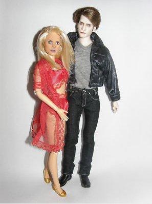 """* Ma première réaction ? """"WTF?""""Mais non, vous ne rêvez pas ! Dés maintenant, vous pouvez acheter ici les poupées de Sookie & de Bill ! Sookie est vêtue de la lingerie qu'elle porte dans son rêve -fantasme- avec Bill et Eric et c'est le sosie de Barbie ! Quant à Bill, il ressemble étrangement à la poupée d'Edward. Pas trés reussi tout ça .. Et toi, t'en penses quoi ? *"""