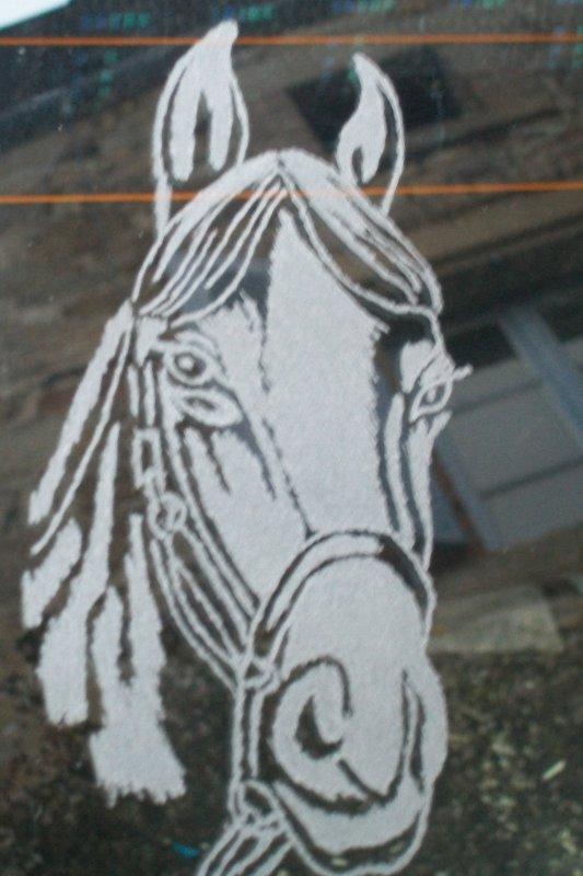 cheval gravé sur une vitre arrière d'une voiture
