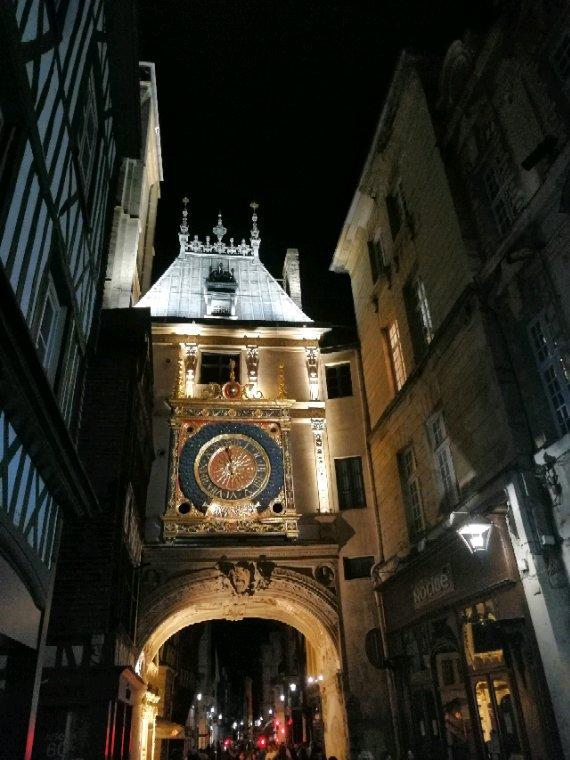 Rouen à la nuit tombée
