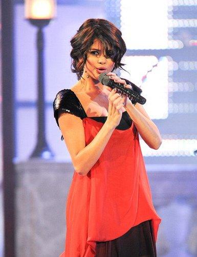 Dimanche 19 Juin : Selena Gomez à la cérémonie des « MuchMusic Video Awards » à Toronto, Canada.Parmie les 5 tenues que S. a porté lesquelles que tu préfère!!!!?