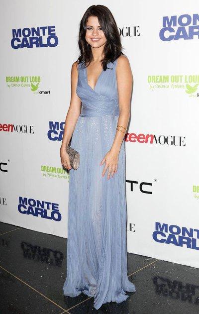 Jeudi 23 Juin : Selena assistant à la première de son nouveau film « Monte Carlo » à New York.Je n'aime pas trop ça tenue et toi?§