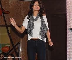 Lundi 27 Juin : Selena répondant aux questions de ses fans cette fois ci dans le centre commercial de Laurel Park.