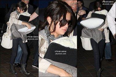 Mardi 28 Juin : Selena arrivant à l'aéroport LaGuardia de New York.