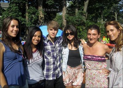 01/07/11 : Justin & Selena ont été aperçus se promenant et en train de poser avec des fans à Bridgehampton. Puis dans un yacht.