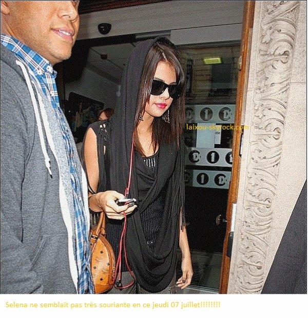 Jeudi07juillet!!!!! Selena a fait deux apparitions!!