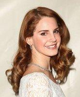 Lana Del Rey s'offre une dent en argent et strass !
