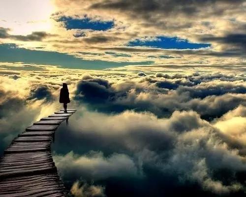 « Nous traversons nos ponts, quand nous arrivons à eux, et les brûlons derrière nous. Il ne reste rien pour trouver le chemin parcourue à part le souvenir d'une odeur de fumée et l'idée que peut-être cette fois-là, nos yeux ont pleurés... »                  _Tom Stoppard_