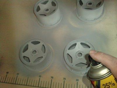 Alors,petit test de mise en peinture de jante HPI BAJA,en surfacer,puis en couleur gris perlée..