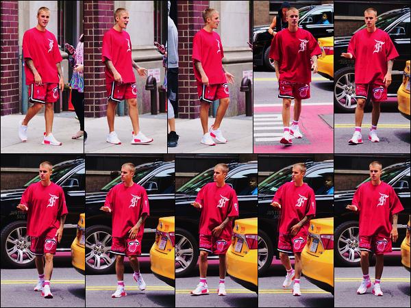 24/05/17 - Le chanteur Justin Bieber  a été photographié en sortant dans les rues de New York City, US. Le lendemain, il a été aperçu de nouveau dans New York. Quoi de mieux que de faire la promo de sa collection de vêtements soi-même ?