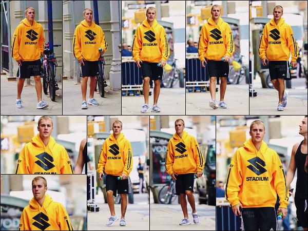 26/05/17 - Justin Bieber  a été aperçu arrivant au spa Aire Ancient Baths qui se situe dans - New York ! C'est en sweat jaune et short noir que le beau canadien a été aperçu dans New York. Personnellement je ne suis pas fan de ce style...