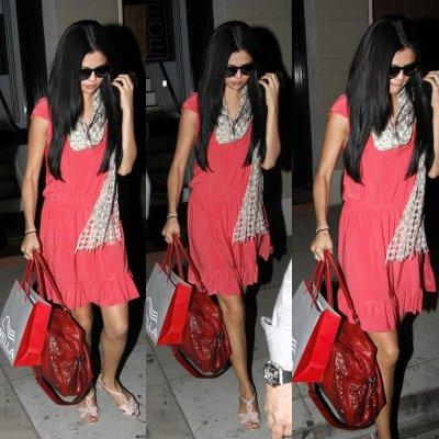 """9 avril 2012: Notre Selena a été apreçue sortant de chez son coiffeur favoris """"Nine One Zero Salon"""" à Santa Monica."""