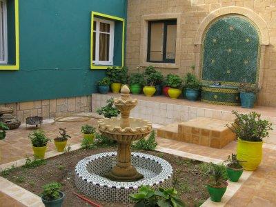 Ma cour tjrs en cours d'aménagement , j'ai monté 2 fontaines une murale et une au centre question de reproduire le son de l'eau pour les oiseaux ...