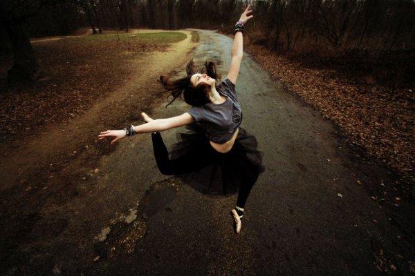 Danser, c'est comme parler en silence.  C'est dire pleins de choses sans un mot.  - Yuri Buenaventura -