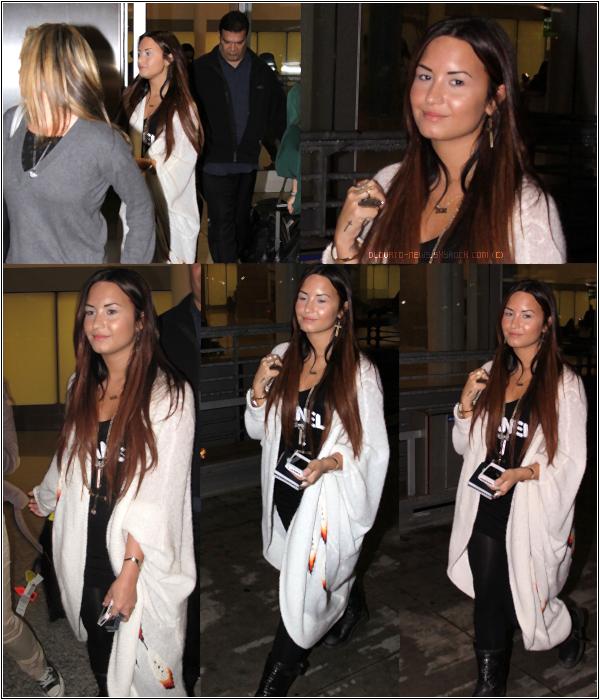 """11/10/11 - Demi a été vue à """"The Grove"""" à Los Angeles, CA.J'aime pas du tout ces lunettes, mais j'adore vraiment tout le reste. TOP !"""