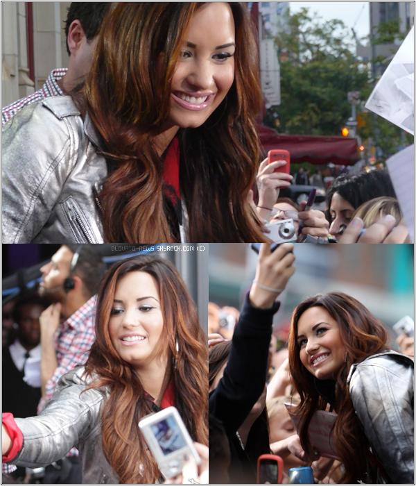 """13/10/11 - Demi été vue arriver dans les studios """"Much Musics HQ"""" à Toronto, CANADA. Demi à signait des autographes et prit des photos avec ces fans. J'aime pas du tout sa tenue. FLOP !"""
