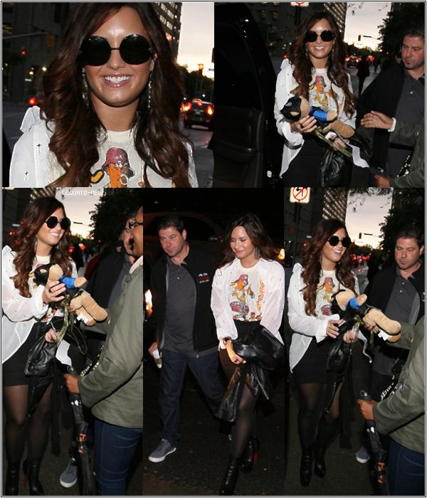 """14/10/11 - Demi été vu à """"KiSS 92,5 Studios FM"""" à Toronto, CANADA. Demi toujours avec ces lunettes horrible... Gros coup de coeur pour sa jupe. BOF !"""