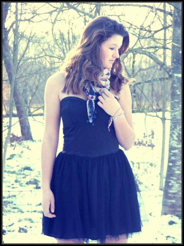 Et puis la tristesse passera, elle aussi, comme le bonheur,comme la vie, comme les souvenirs qu'on oublie pour moins souffrir.