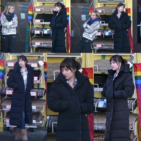 """Jamie, Max et Dakota tournant une scène de FSOF devant le magasin """"Clayton"""" à Vancouver."""