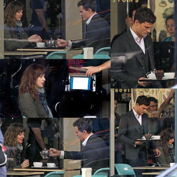Premier jour de tournage pour l'équipe de FSOG avec Jamie et Dakota filmant dans un café.