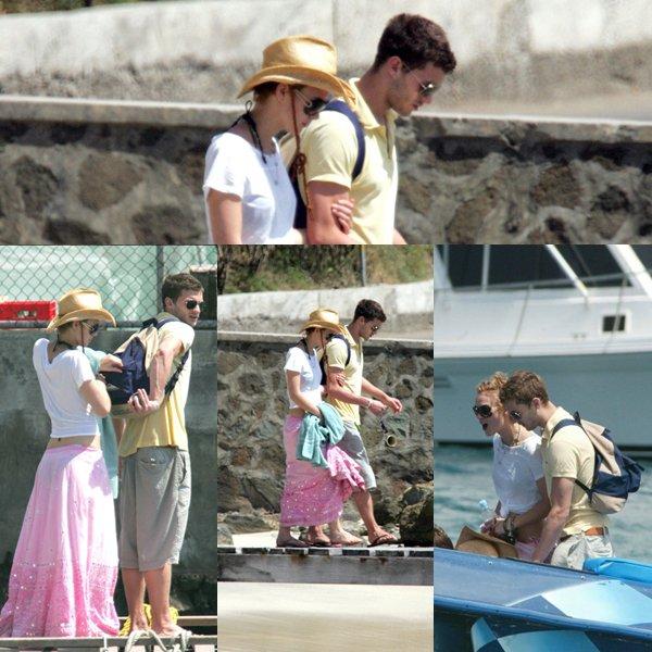 """Jamie et Keira knightley, sa petite amie de l'époque, sortant du restaurant """"Brasil's"""" sur l'île Mustique dans les caraïbes."""