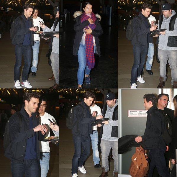 """Jamie, sa femme et leur petite fille étaient à l'aéroport de Vancouver pour prendre un avion pour rentrer en Irlande où Jamie doit tourner la saison 2 de """"The Fall"""""""