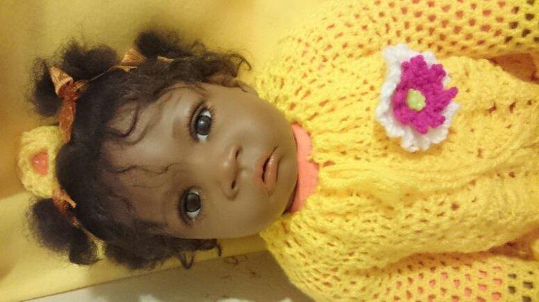 Ma petite HAWA avec sa jolie veste et sa fleur  dans les cheveux réalisé par mes soins